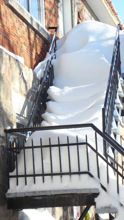Escalier enneigé à Montréal. Que de neige!