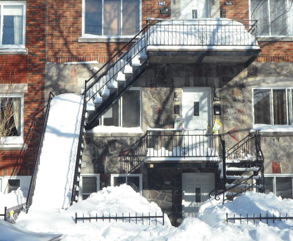 Escalier enneigé à Montréal. Attention en ouvrant la porte du balcon!